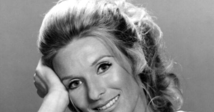 Cloris Leachman sorridente