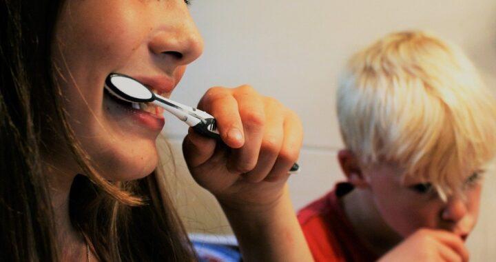 Come pulire l'apparecchio per i denti, passo dopo passo: tutti i trucchi e i consigli