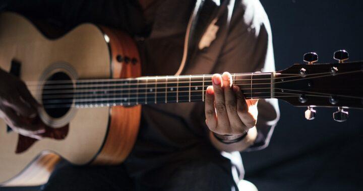Come pulire e igienizzare correttamente una chitarra, dalle corde all'interno: i trucchi