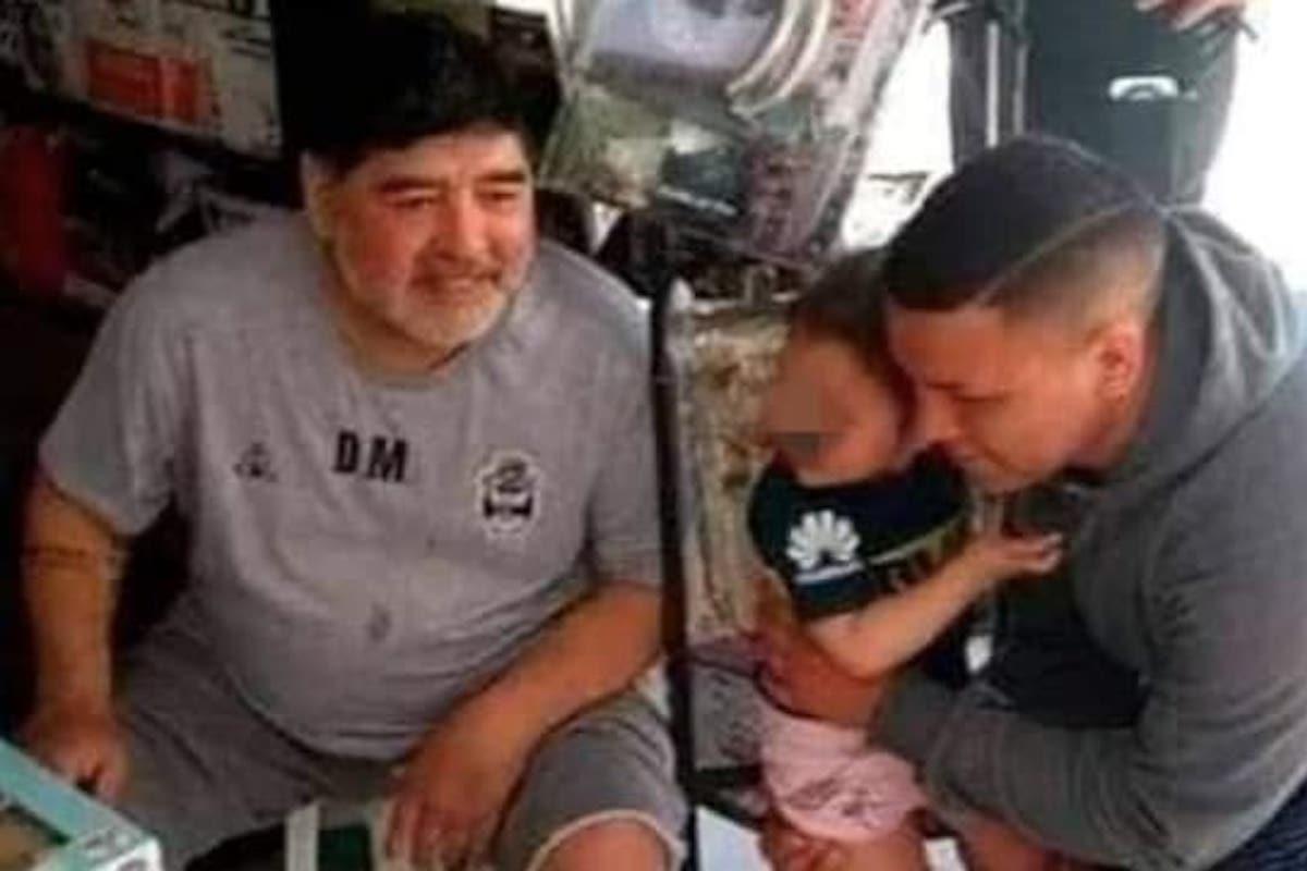 Maradona Diego insieme a un bambino
