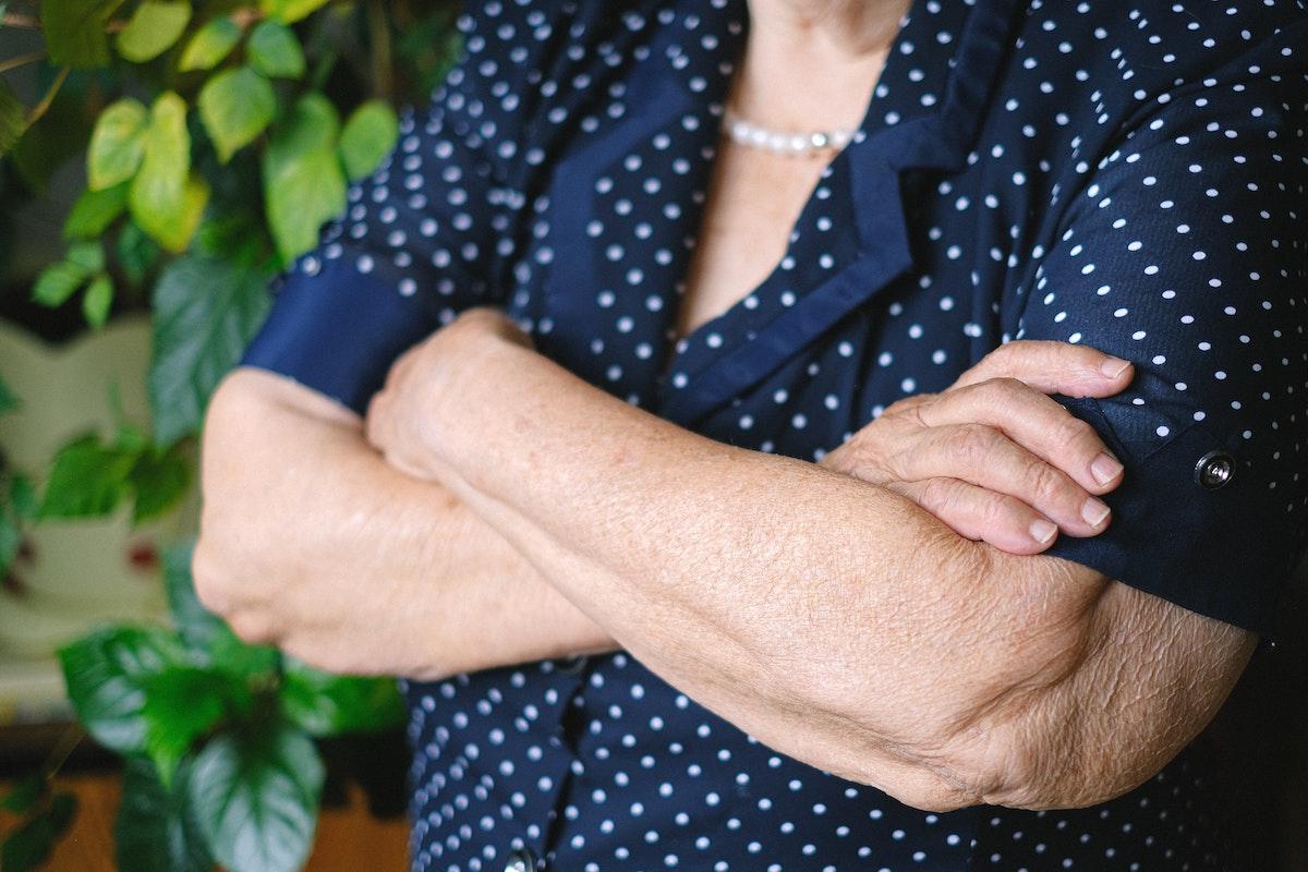 Donna 98 anni incrocia le braccia