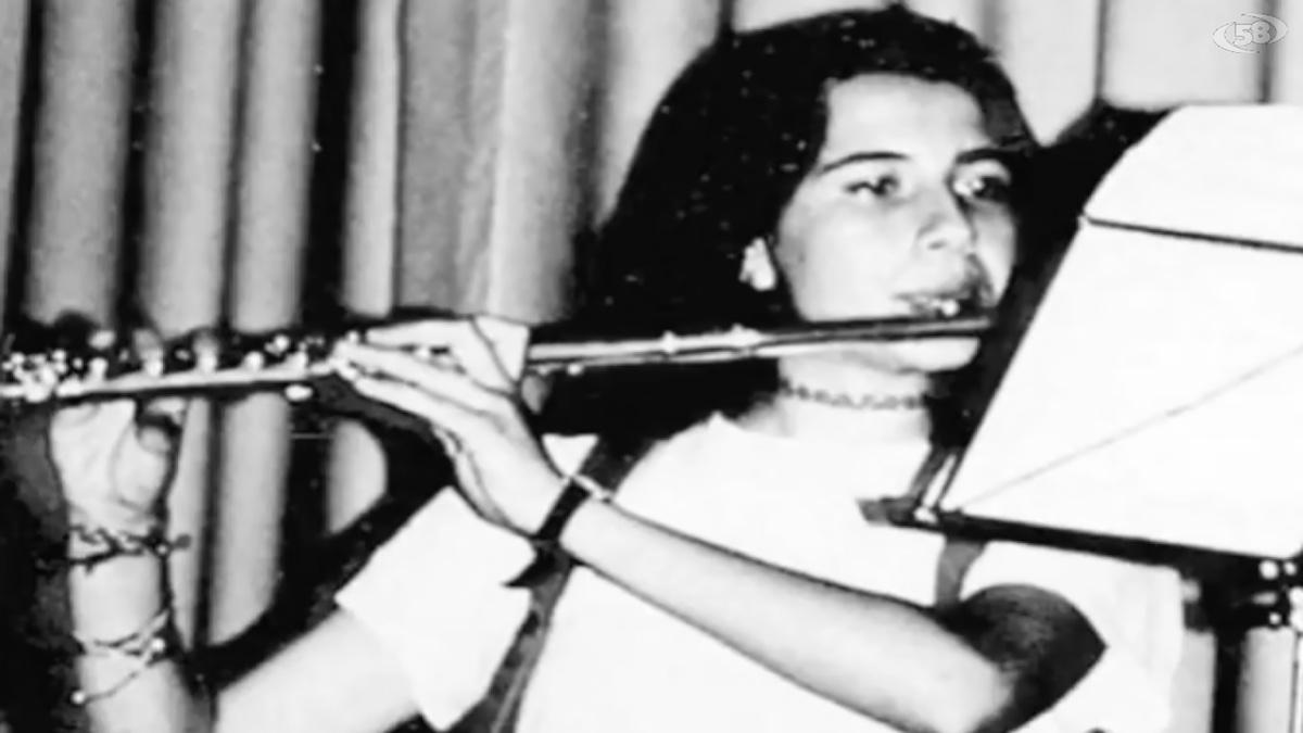 Ragazzina suona il flauto