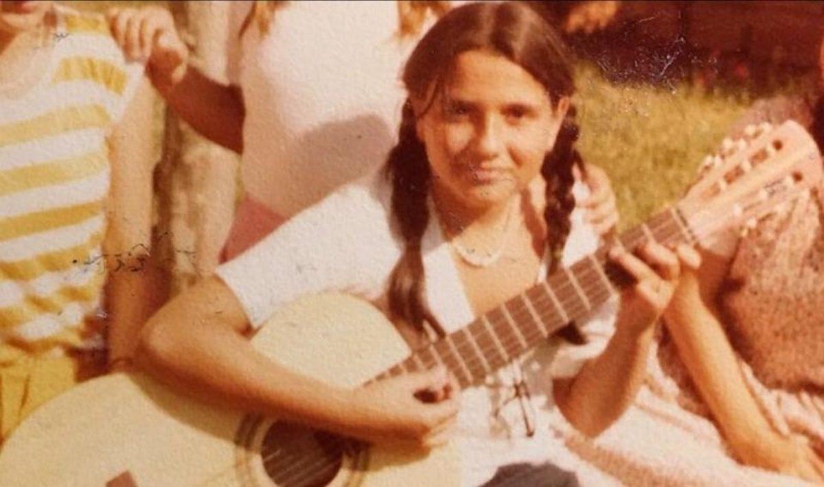 Emanuela Orlandi imbraccia la chitarra