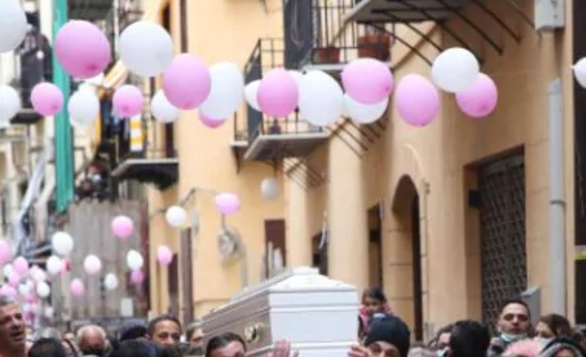 Lacrime e dolore durante i funerali di Antonella Sicomero