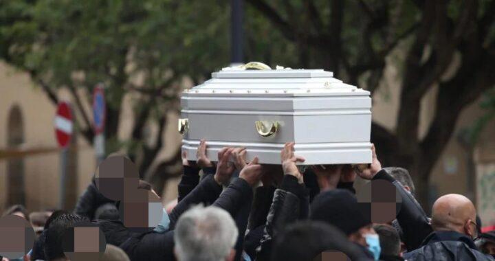 Dolore e lacrime durante il funerale della piccola Antonella Sicomero: il commovente gesto per un ultimo addio e le parole dell'arcivescovo
