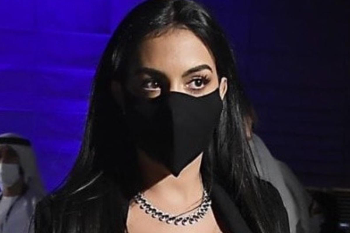 Rodriguez Georgina indossa la mascherina contro il Covid