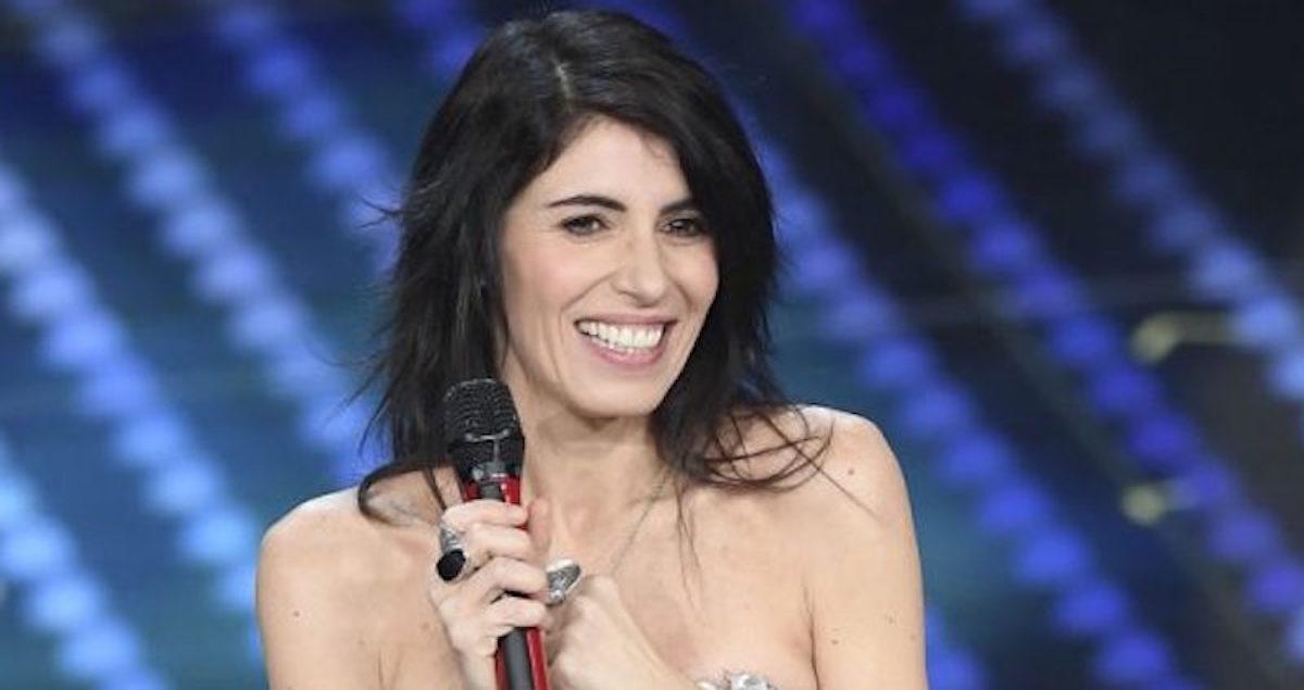 Giorgia tiene il microfono in mano