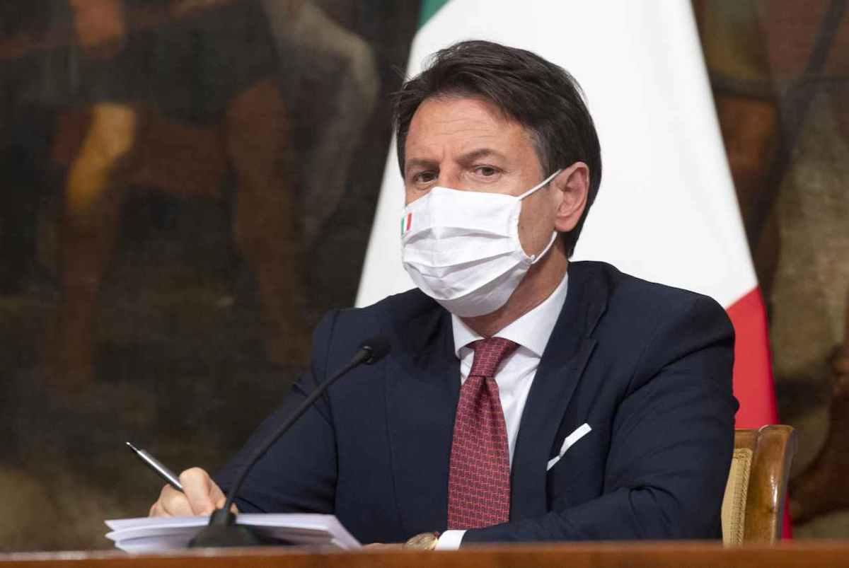 Conte Giuseppe indossa la mascherina