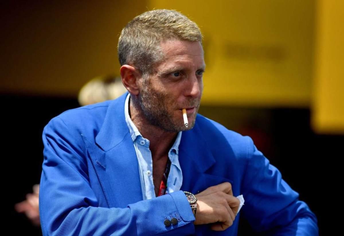 Lapo Elkann con in bocca la sigaretta
