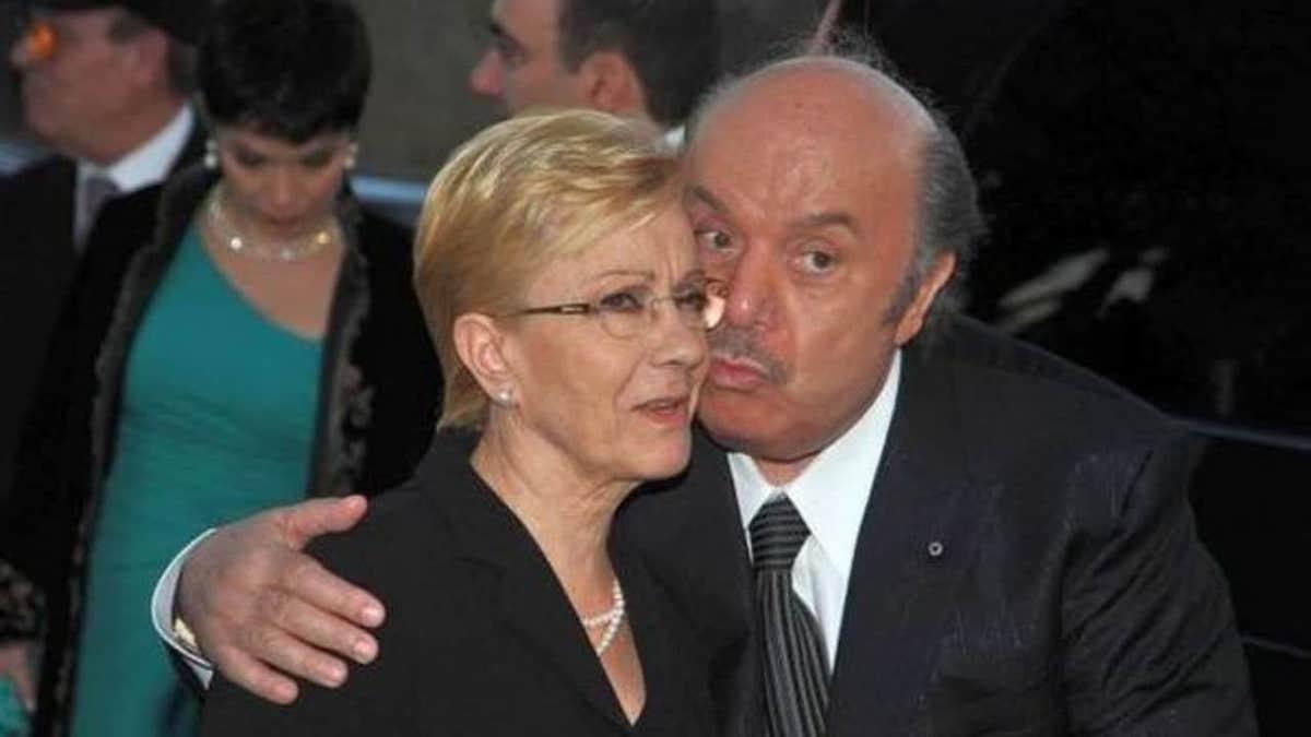 Lino Banfi bacia sulla guancia la moglie