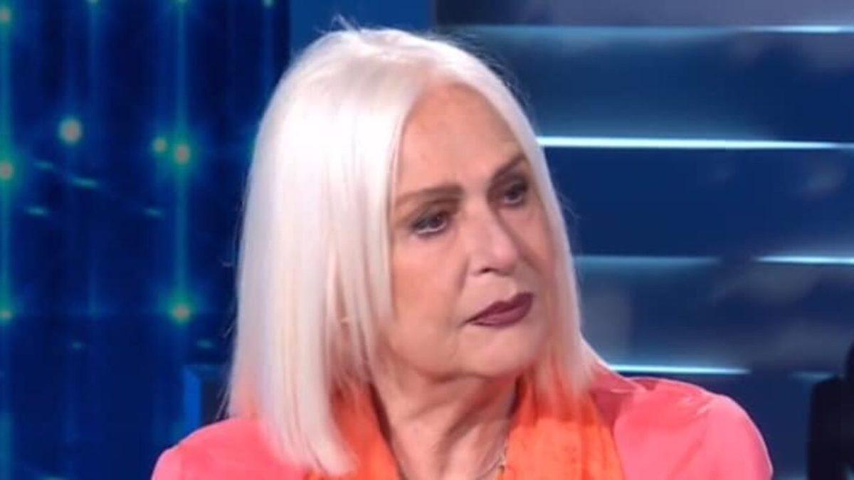 Loretta Goggi porta i capelli lisci