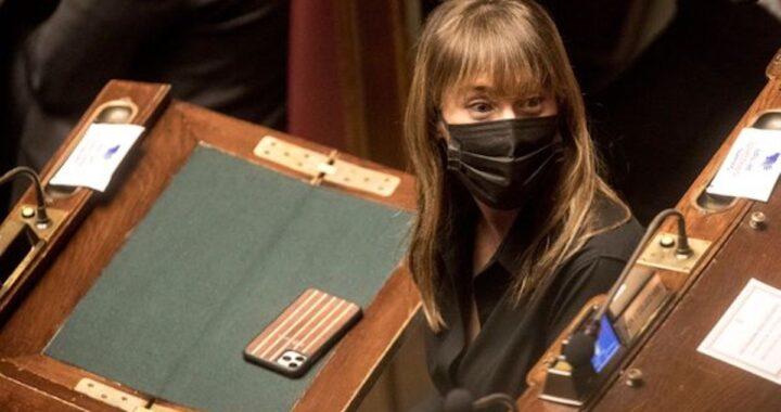 Elena Maria Boschi, outfit total black al senato. Ma sapete il significato della sua scelta così insolita?
