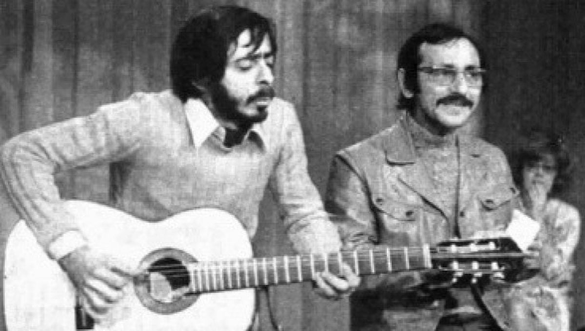 Mario Santonastaso suona la chitarra