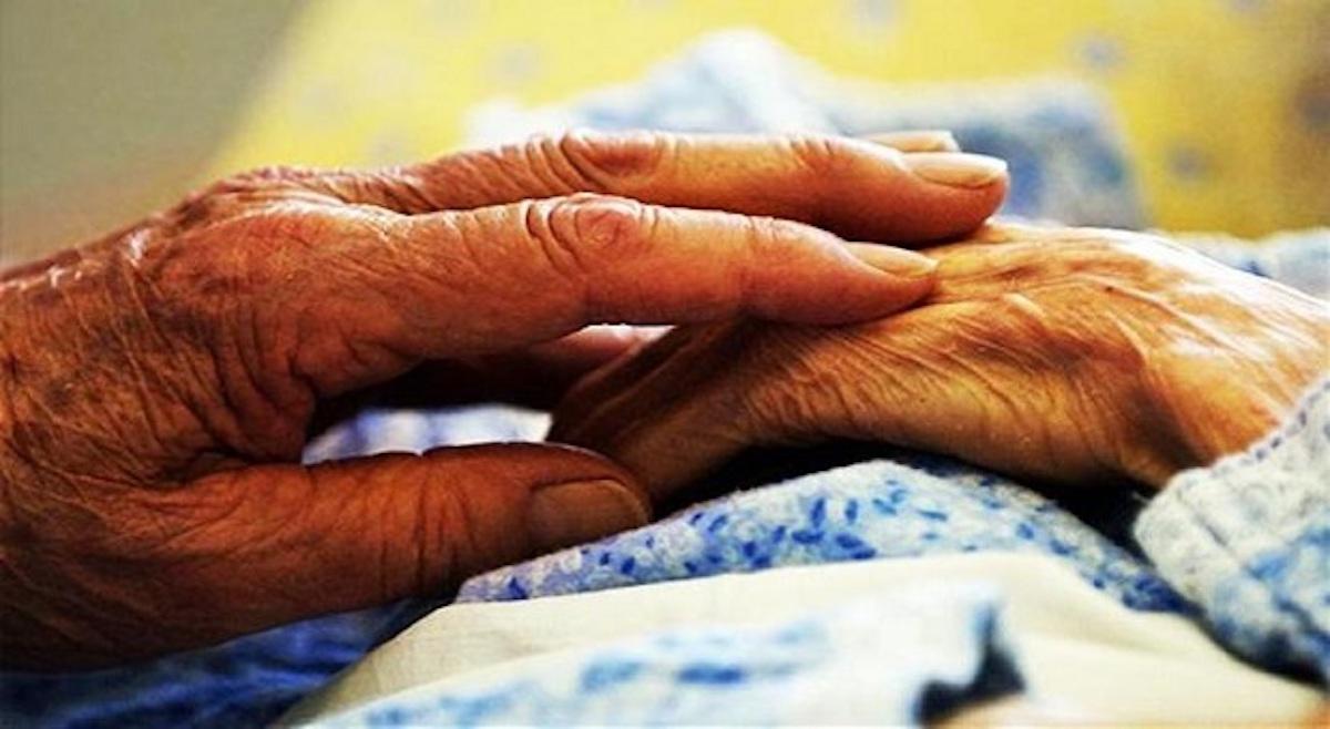Anziani si danno la mano
