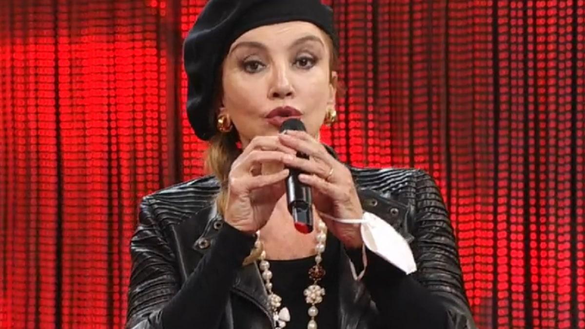 Carlucci Milly usa il microfono