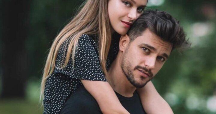 Andrea Zelletta tiene sulle spalle Natalia Paragoni