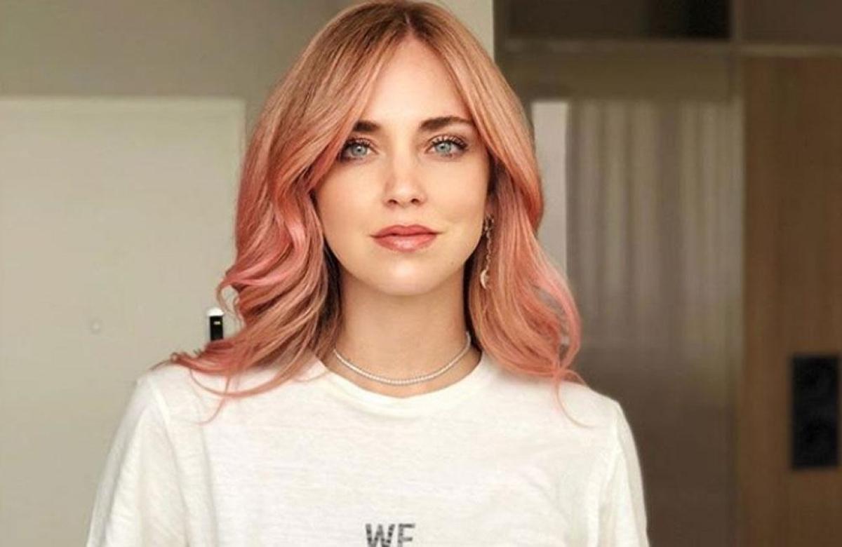 Chiara Ferragni si tinge i capelli di rosa