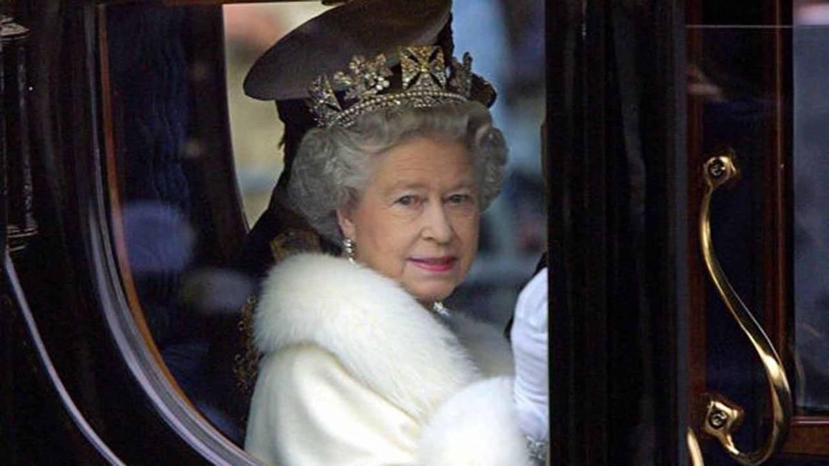 Regina Elisabetta saluta il popolo