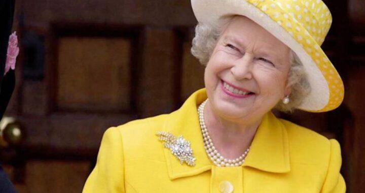 Elisabetta Regina che sorride