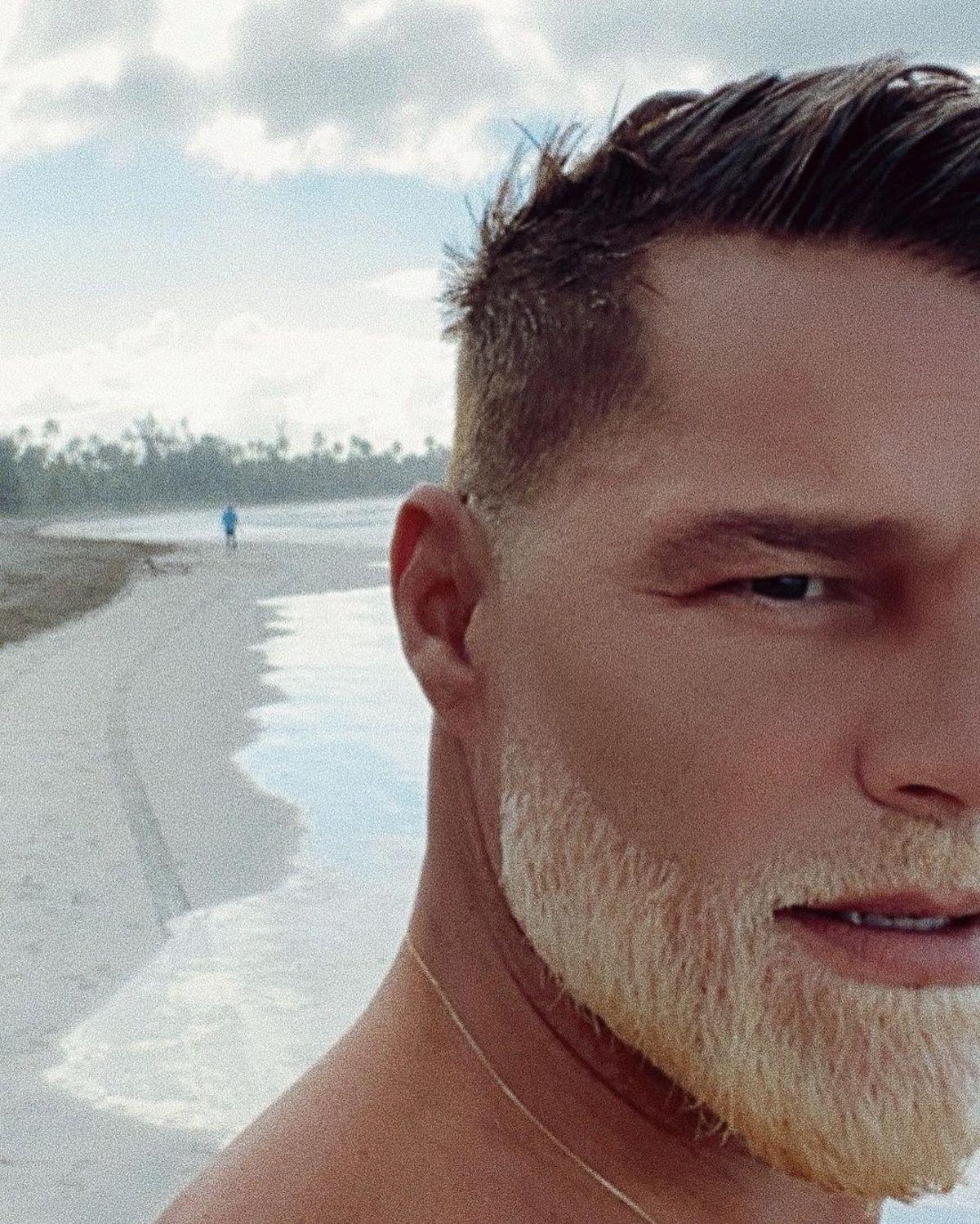 Barba biondo platino per Ricky Martin
