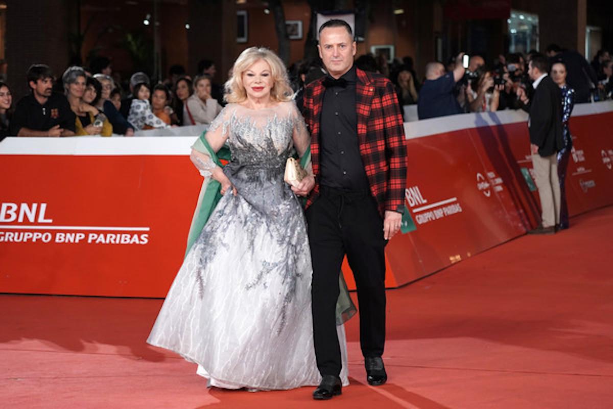 Alessandro Rorato sul red carpet con la fidanzata