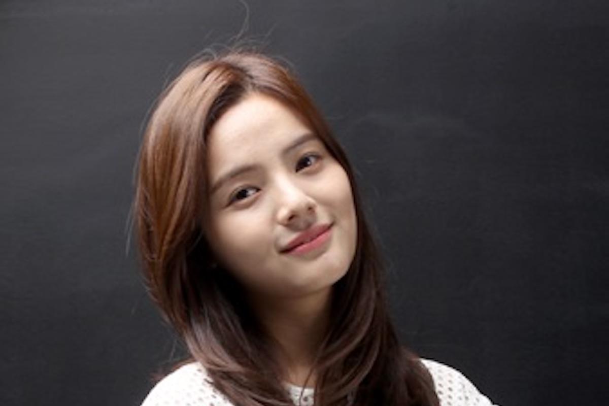 Song Yoo-Jung che sorride