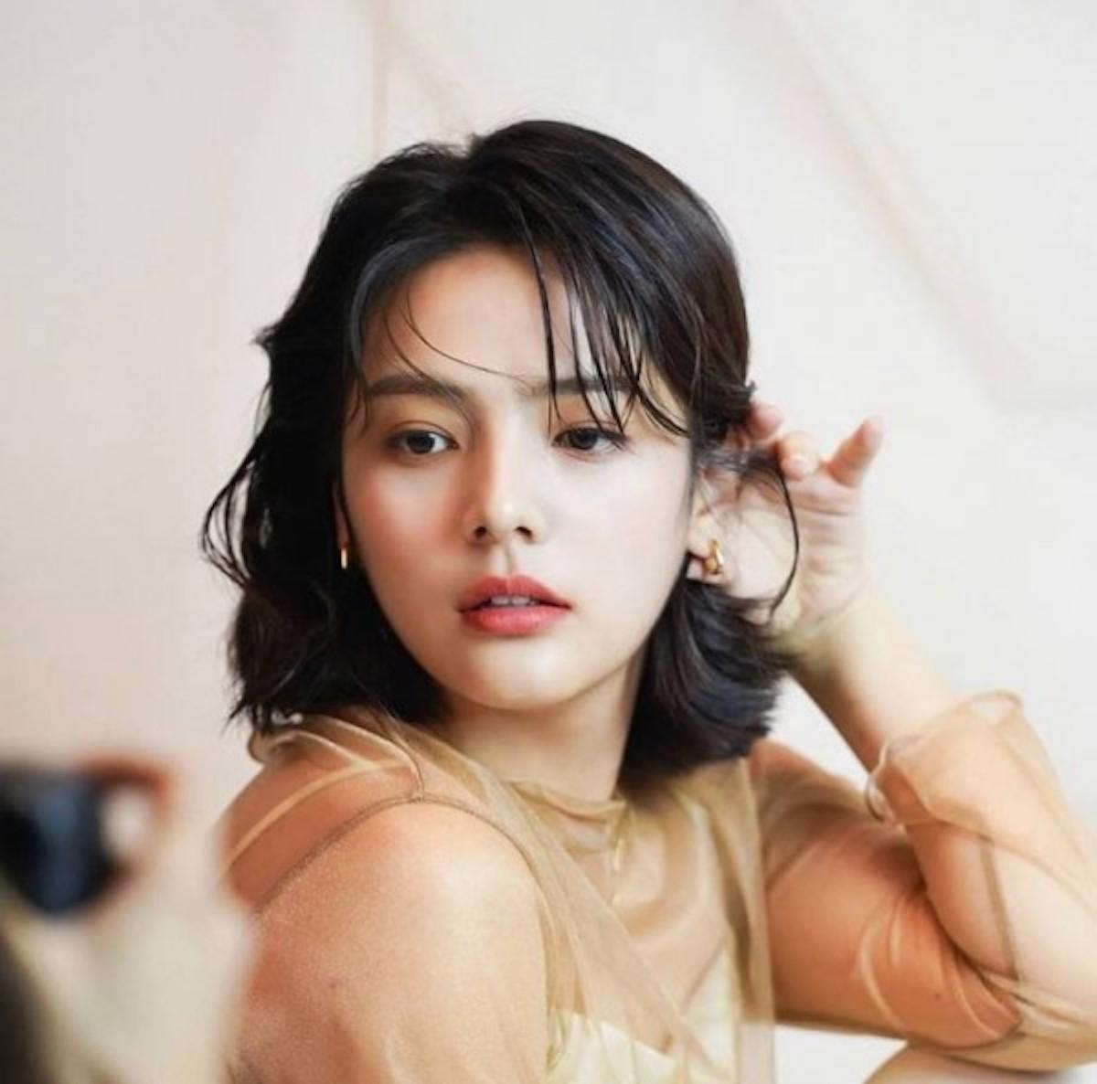 Song Yoo-Jung si aggiusta i capelli