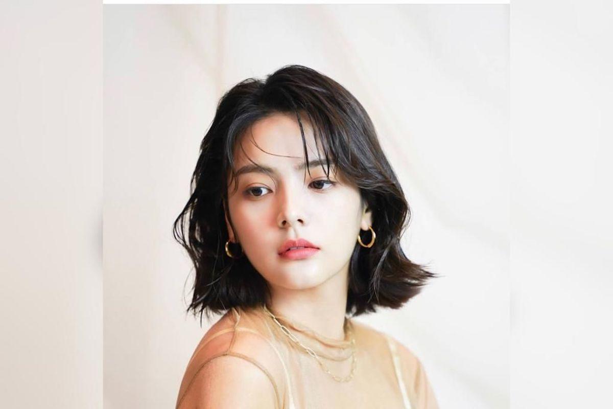 Song Yoo-Jung guarda verso il basso