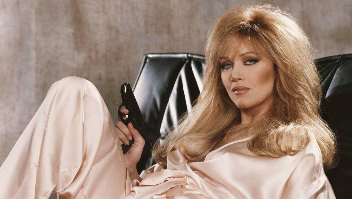 Tanya Roberts imbraccia una pistola