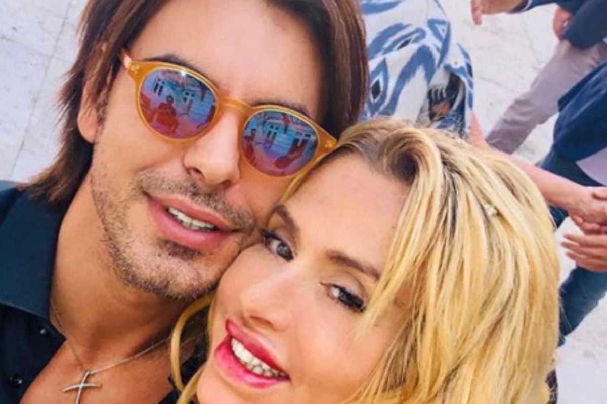 Gianluigi Martino fa un selfie con la fidanzata