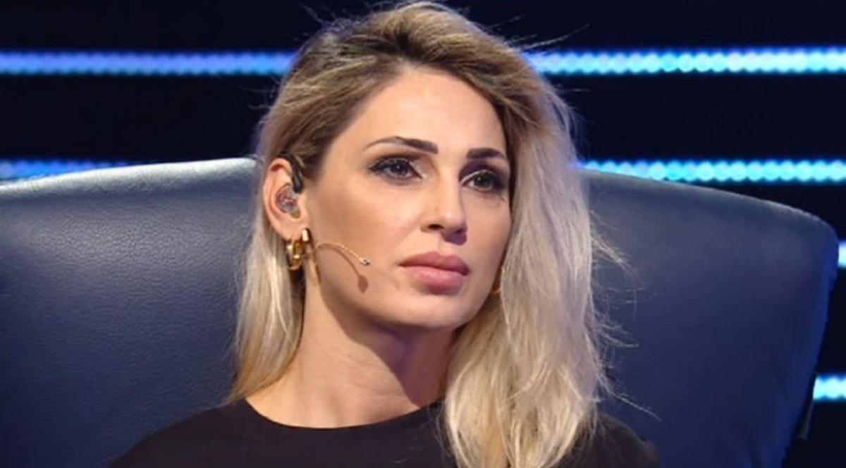Anna Tatangelo: Volto gonfio e dolorante