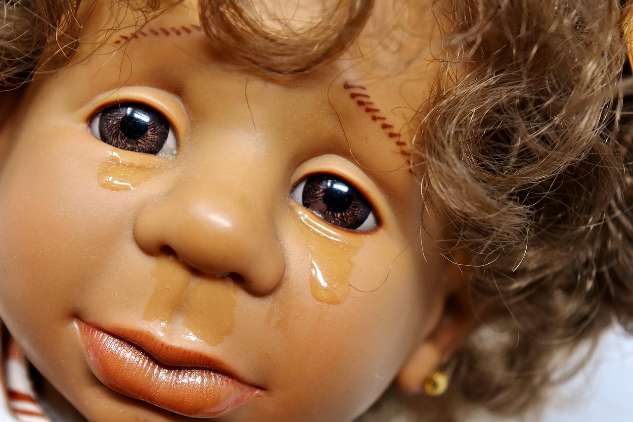 Bambolotto scambiato per un bambino tra i rifiuti