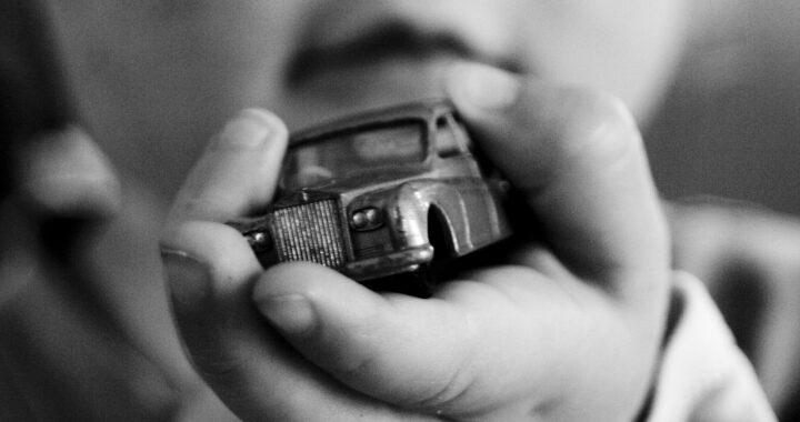 Ruba auto con bimbo dentro: ladro vuole denunciare la madre
