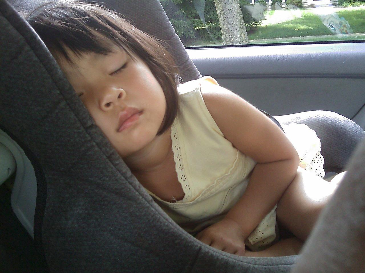 Mai lasciare i bambini in macchina