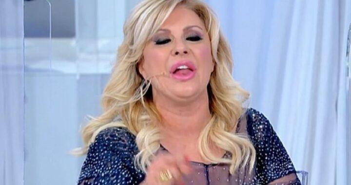 """Tina Cipollari; frecciatina al vetriolo per Tinì: """"Hai mostrato il tuo corpo per 30 anni!"""""""