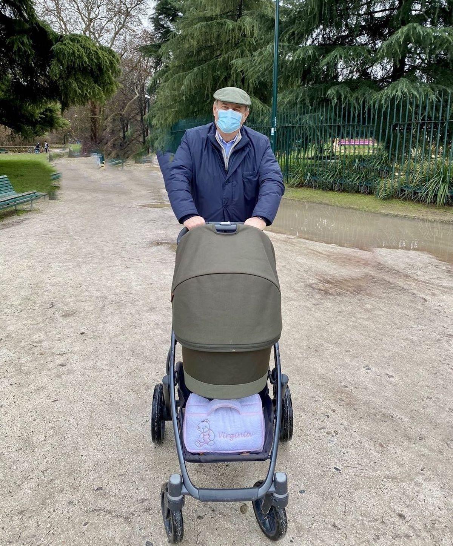 Gerry Scotti a passeggio con la nipotina