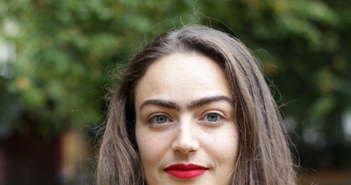 Giovane donna decide di non depilarsi più lasciando crescere naturalmente i baffi e le sopracciglia. Adesso viene spesso fermata per strada e insultata