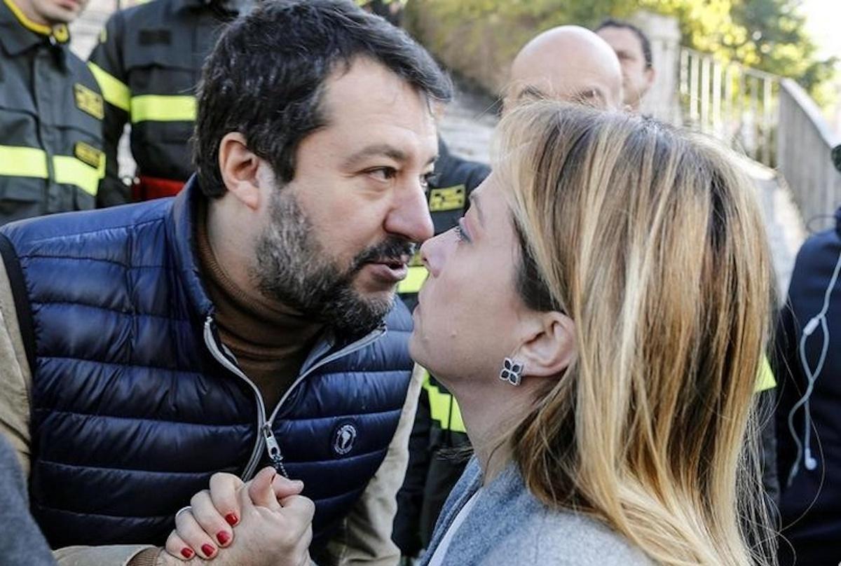Stretta di mano fra Giorgia Meloni e Matteo Salvini