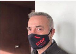 Massimo Ghini indossa mascherina anti-Covid
