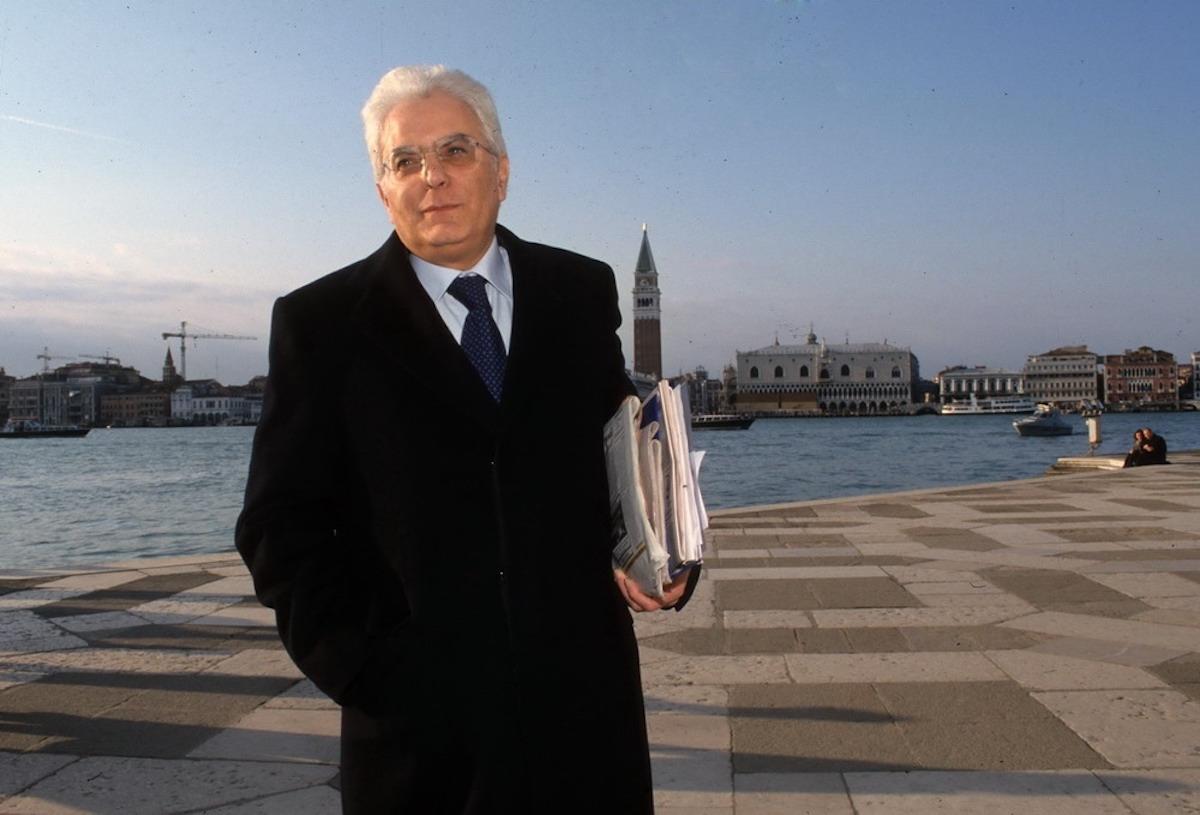 Sergio Mattarella indossa un cappotto