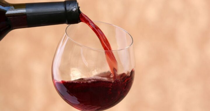 espressione versare il vino alla traditora
