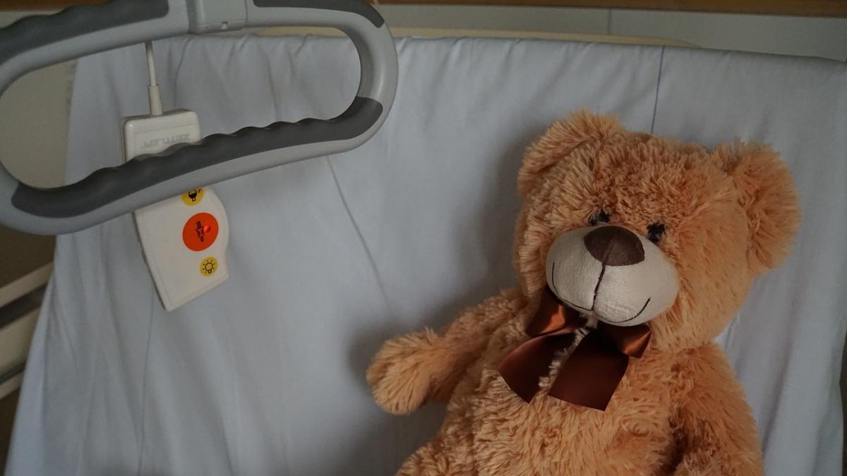 Bambino di 5 anni in ospedale con lividi sul volto