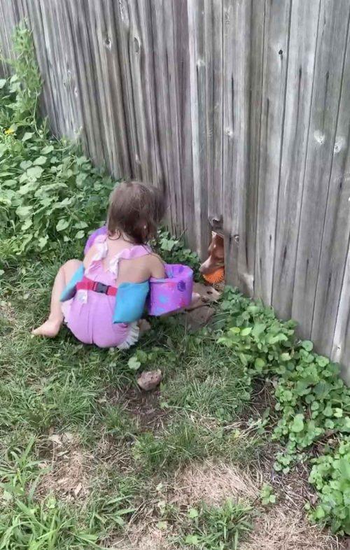 harper gioca con una bambina