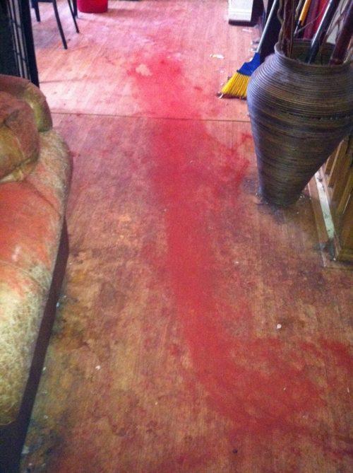 Macchie di gesso rosso in casa
