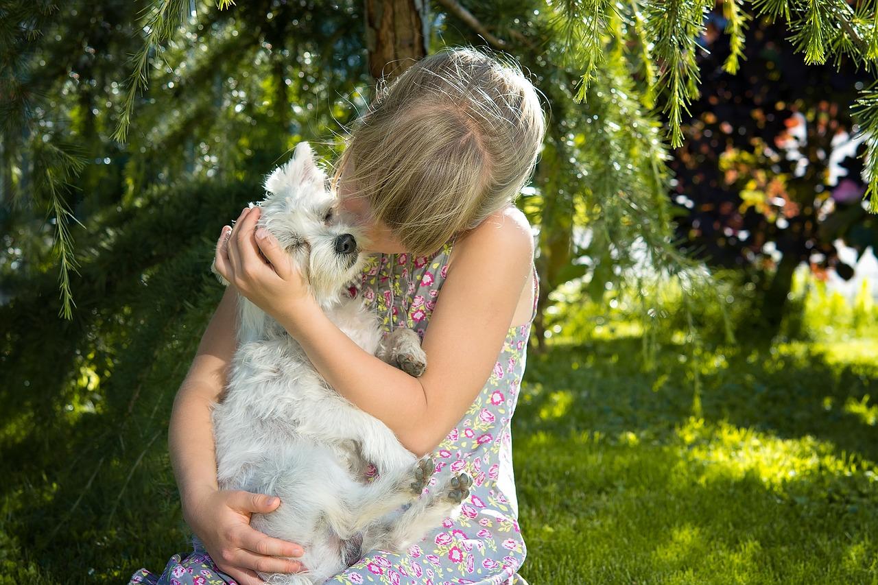 Cucciolo difende la ragazzina