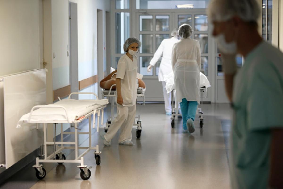 Donna incinta partorisce mentre viene operata alla testa