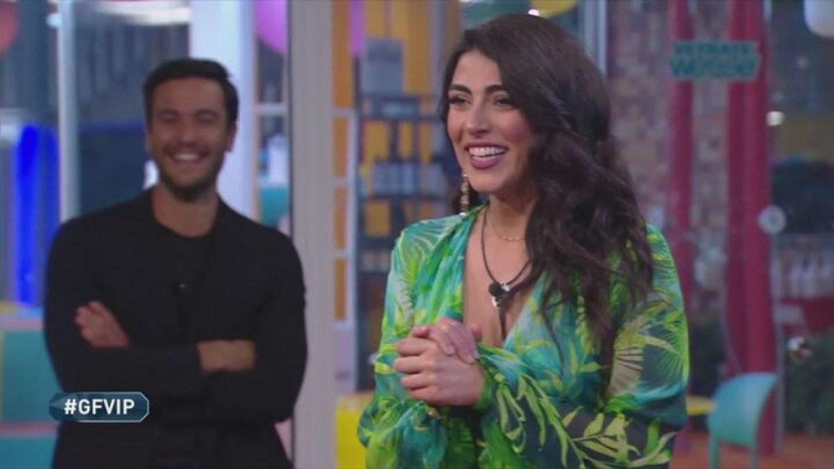 """GF Vip, il padre di Giulia incontra Pretelli: """"Tieni le mani a posto"""""""
