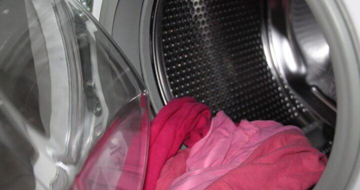 Mamma attiva la lavatrice con il bambino dentro: il piccolo muore in ospedale