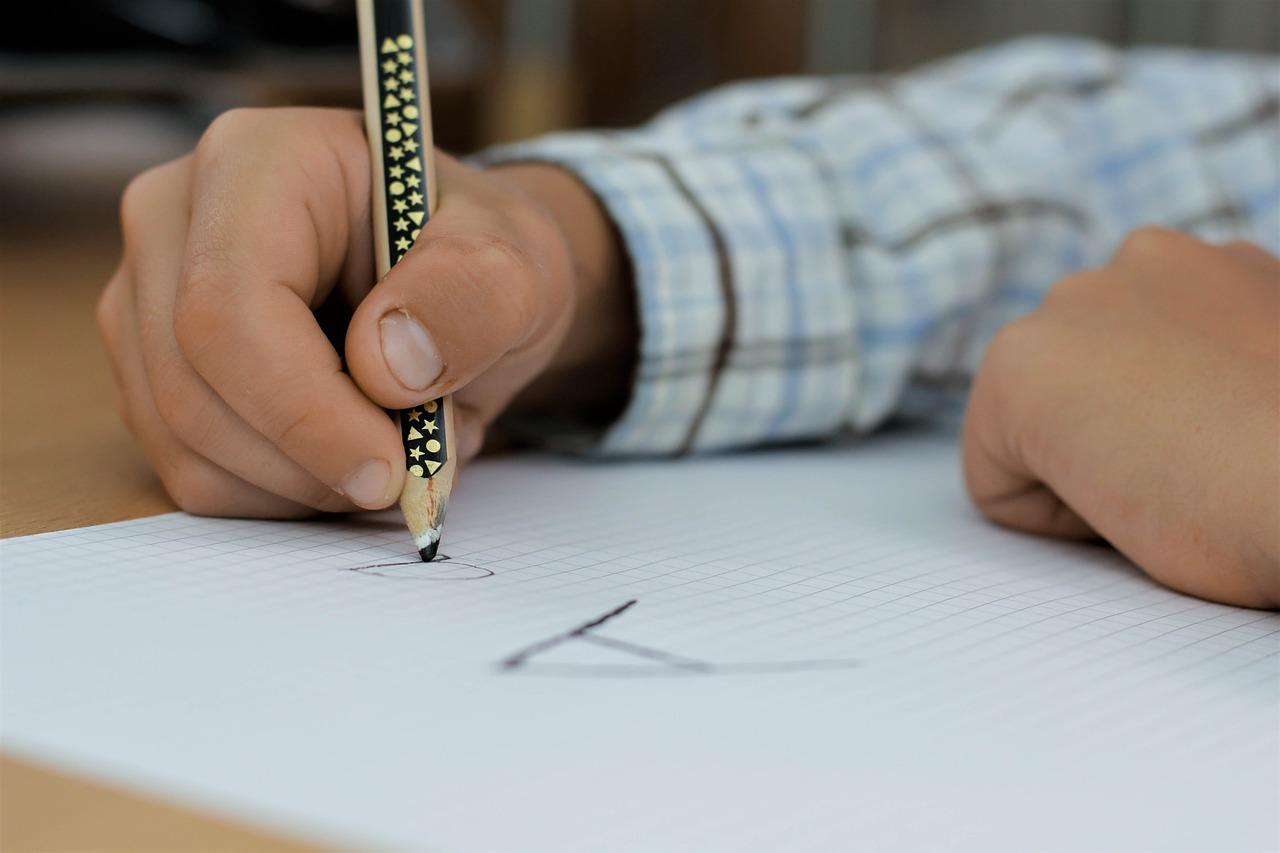 Bambino scrive sul foglio