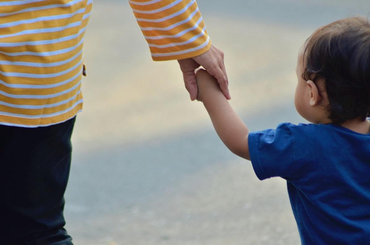 Mamma si getta dal ponte: condizioni bambino